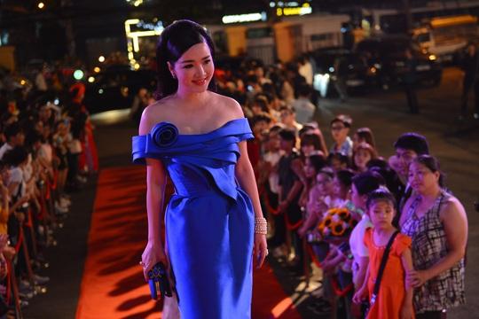 Trang phục dạ hội màu sắc cũng được các người đẹp chọn lựa