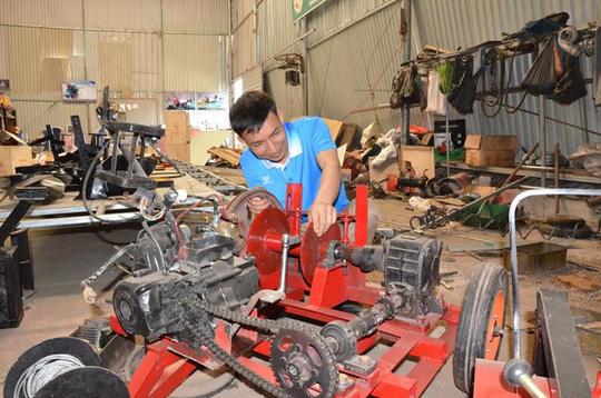 Anh Tạ Đình Huy bên chiếc máy nông nghiệp