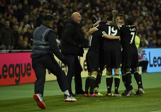 Một CĐV West Ham lao vào sân chửi bới cầu thủ Chelsea