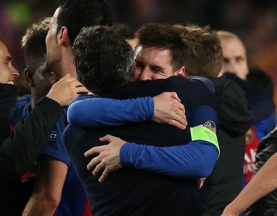 HLV Enrique ôm Messi sau trận