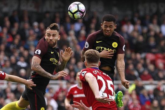 Jesus (phải) gây ấn tượng trong ngày trở lại bằng bàn thắng cân bằng tỉ số 2-2 cho Man City