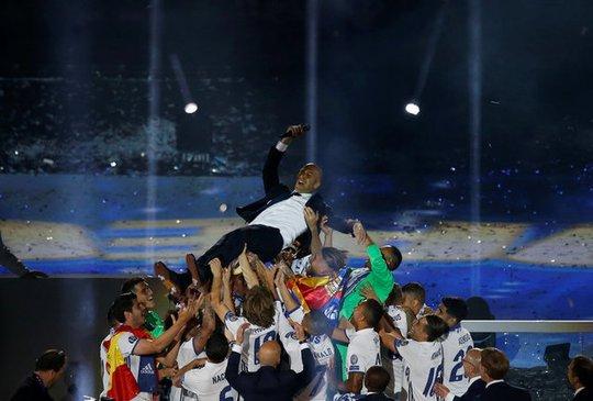 Ronaldo xuống tóc rước cúp cùng Real Madrid - Ảnh 9.