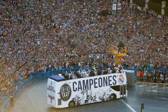 Ronaldo xuống tóc rước cúp cùng Real Madrid - Ảnh 3.