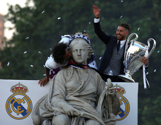 Ronaldo xuống tóc rước cúp cùng Real Madrid - Ảnh 1.