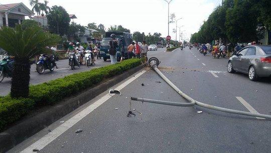 Taxi tông gãy cột điện, 3 người bị thương - Ảnh 2.
