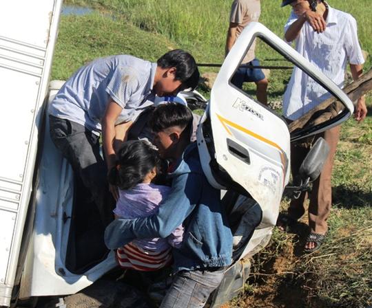 Xe tải lao xuống mương nước, 2 người nguy kịch - Ảnh 2.