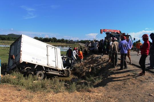 Xe tải lao xuống mương nước, 2 người nguy kịch - Ảnh 1.