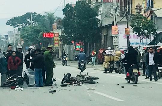 Hai xe máy va chạm kinh hoàng trên QL1A, 4 người nguy kịch - Ảnh 1.