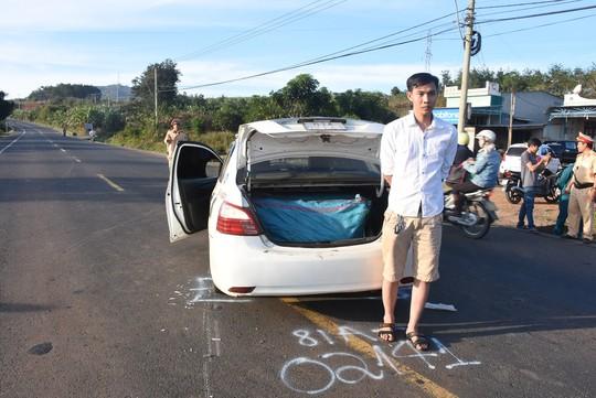 Chạy trốn CSGT, taxi chở pháo lậu đâm xe đầu kéo - Ảnh 1.
