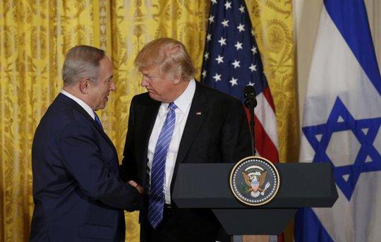 Thủ tướng Israel Benjamin Netanyahu (trái) bắt tay Tổng thống Mỹ Donald Trump trong cuộc họp báo hôm 15-2. Ảnh: Reuters