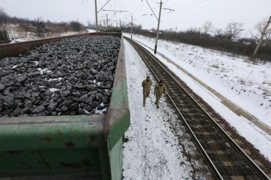 Căng thẳng leo thang ở miền Đông Ukraine hồi tháng trước khi chiến dịch phong tỏa đường sắt chuyển hàng được phát động. Ảnh: Reuters