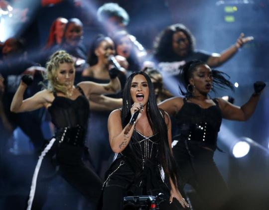 Trái khoáy trên sân khấu Lễ trao giải âm nhạc Mỹ - Ảnh 4.