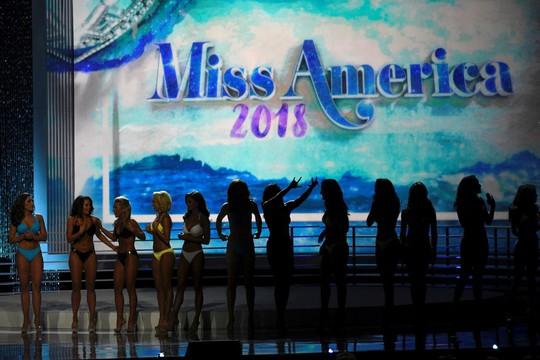 Dàn lãnh đạo Hoa hậu Mỹ từ chức sau bê bối phỉ báng - Ảnh 1.