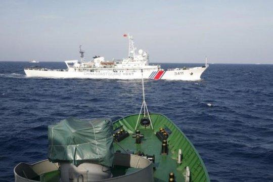 Tàu hải cảnh Trung Quốc (trên) di chuyển chặn đường một tàu cảnh sát biển của Việt Nam trên Biển Đông, ngày 14-5-2014 - Ảnh: Reuters