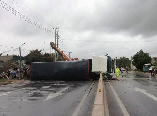 Tai nạn giữa tâm bão, một xe tải bị lật nghiêng gây ùn tắc - Ảnh 1.