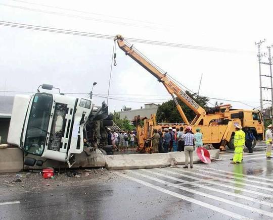 Tai nạn giữa tâm bão, một xe tải bị lật nghiêng gây ùn tắc - Ảnh 2.