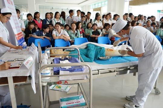 Bệnh viện công dễ mất bác sĩ giỏi - Ảnh 2.
