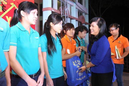 Bà Trần Kim Yến, Chủ tịch LĐLĐ TP HCM, tặng vé xe và quà Tết cho công nhân khó khăn tại các KCX-KCN TP Ảnh: HOÀNG TRIỀU