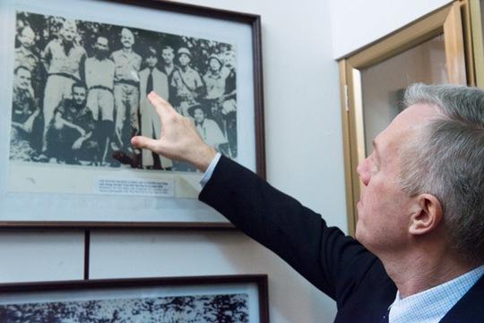 Đại sứ Osius chia sẻ câu chuyện của các viên chức Cơ quan công tác chiến thuật Mỹ (OSS), trong đó có Henry Prunier và thiếu tá Allison Thomas làm việc với Chủ tịch Hồ Chí Minh và Đại tướng Võ Nguyên Giáp
