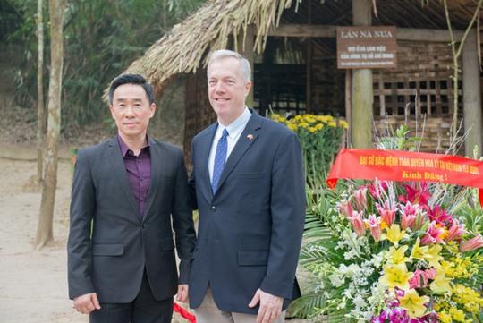 Đại sứ Osius và Phó Chủ tịch UBND tỉnh Tuyên Quang Nguyễn Hải Anh chụp ảnh tại lán Nà Nưa