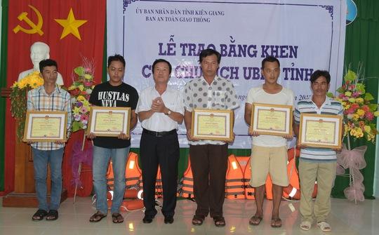 Chủ ghe lưới ghẹ cùng các ngư phủ đã dược Chủ tịch UBND tỉnh Kiên Giang tặng bằng khen. Ảnh: CTV