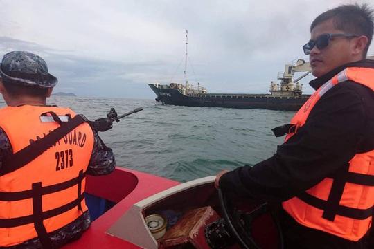 Lực lượng tuần duyên Philippines hộ tống một tàu bị cướp biển tấn công ngoài khơi quần đảo Sulu hồi tháng 2 Ảnh: REUTERS