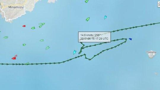 Hành động khó hiểu của tàu hàng đâm tàu chiến Mỹ - Ảnh 1.