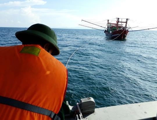 Tàu hỏng máy, 9 ngư dân lênh đênh nhiều giờ trên biển - Ảnh 1.
