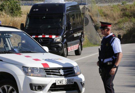 Đào thoát đẫm máu, kẻ lao xe ở Barcelona gục dưới đạn cảnh sát - Ảnh 3.