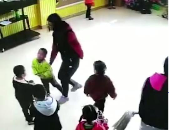 Cô giáo mầm non đấm, tát, đạp vào ngực học sinh dã man - Ảnh 1.