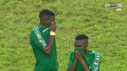 Hai cầu thủ Zamibia dùng áo che mũi tránh khí độc