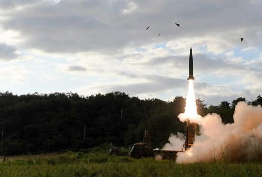Phản ứng Triều Tiên thử Hwasong-12, Hàn Quốc bắn tên lửa Hyunmoo-II - Ảnh 1.