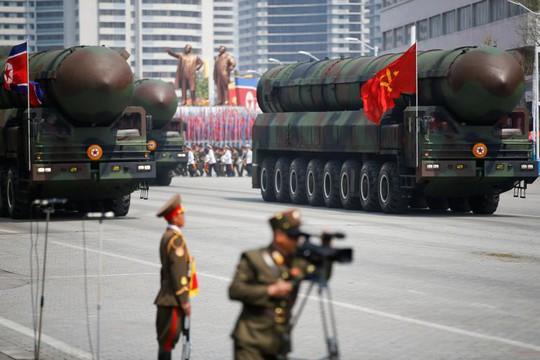 Tên lửa đạn đạo liên lục địa tại cuộc duyệt binh ở Bình Nhưỡng hôm 15-4. Ảnh: Reuters