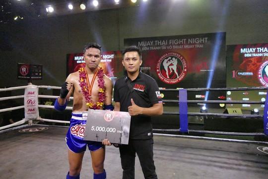 Tewin Palasak, võ sĩ ĐKVĐ hạng cân 63 kg nam tại Thái cũng giành chiến thắng vào tối 18-3