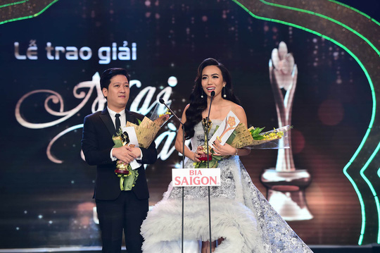 Trường Giang và Diệu Nhi nhận Giải Mai Vàng hạng mục Nam - Nữ diễn viên sân khấu được yêu thích nhất