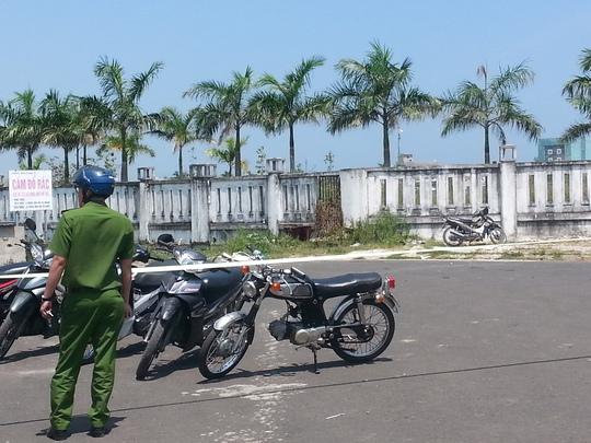 Lực lượng công an giăng dây bảo vệ hiện trường từ xa (Ảnh: Đức Minh)