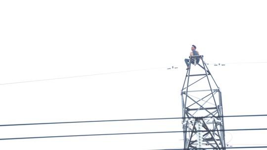 Anh Lê Đình Bảy ngồi trên cột điện suốt nhiều giờ