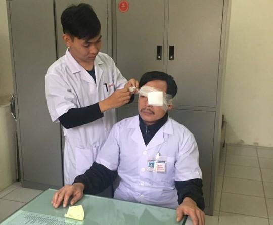 Đề nghị Tổng cục Cảnh sát điều tra vụ đánh bác sĩ gãy mũi khi đang cấp cứu - Ảnh 1.
