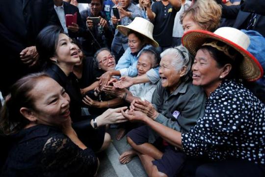 Cựu Thủ tướng Thái Lan Yingluck Shinawatra gặp những người ủng hộ khi đến Tòa án Tối cao hồi tháng 12-2016 Ảnh: Reuters