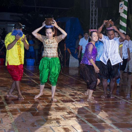Tham gia thi ẩm thực và vui chơi, nhảy múa