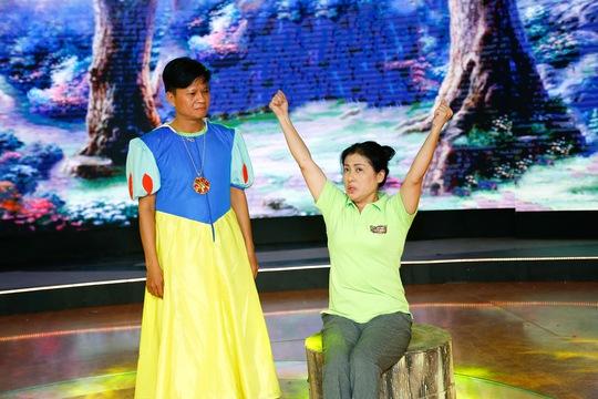 Thanh Thủy thị phạm cho Đăng Trình diễn nàng công chúa Bạch Tuyết trong truyện cổ tích Bạch Tuyết và bảy chú lùn