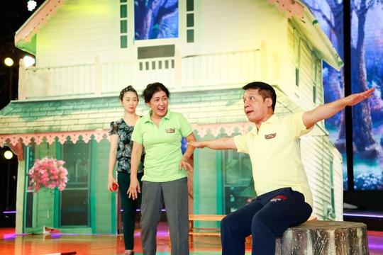 Minh Nhí hỗ trợ Thanh Thủy thị phạm cho Đăng Trình