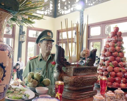 Bí thư Tỉnh ủy An Giang và Thiếu tướng Bùi Bé Tư, Giám đốc Công an tỉnh An Giang, thắp hương lên bàn thờ Bác Tôn