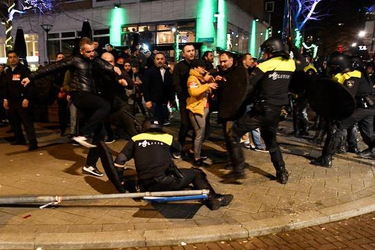 Cảnh sát Hà Lan đụng độ với người biểu tình gần Lãnh sự quán Thổ Nhĩ Kỳ ở TP Rotterdam hôm 12-3 Ảnh: Reuters