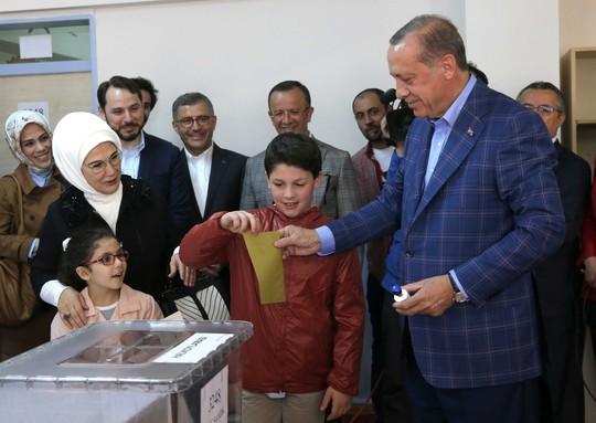 Tổng thống Thổ Nhĩ Kỳ Tayyip Erdogan (phải) bỏ phiếu trong cuộc trưng cầu ý dân tại TP Istanbul ngày 16-4. Ảnh: Reuters