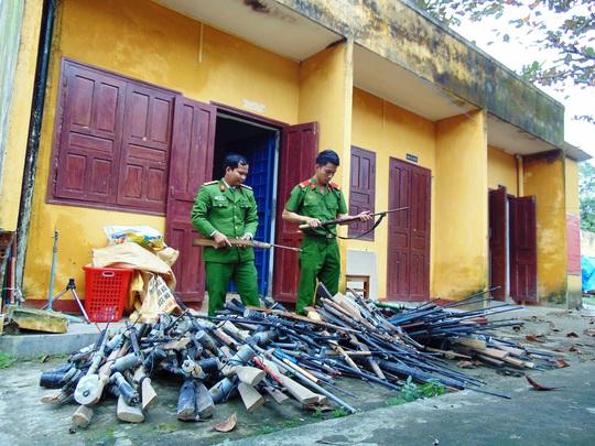 Người dân huyện Nam Giang tự nguyện giao nộp hàng trăm khẩu súng