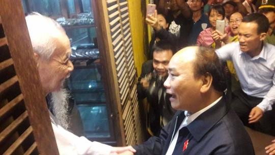Chủ tịch nước và Thủ tướng vào tận vùng lũ thăm người dân - Ảnh 11.