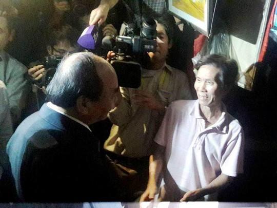 Chủ tịch nước và Thủ tướng vào tận vùng lũ thăm người dân - Ảnh 10.