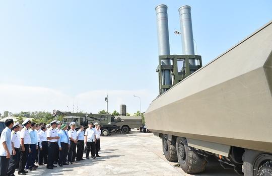 Thủ tướng Nguyễn Xuân Phúc đến kiểm tra công tác huấn luyện, sẵn sàng chiến đấu của Lữ đoàn Tên lửa bờ 681, Vùng 2 Hải quân - Ảnh: Quang Hiếu