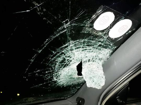 Chiếc xe ô tô bị ném gạch thủng kính trước - Ảnh: NVCC